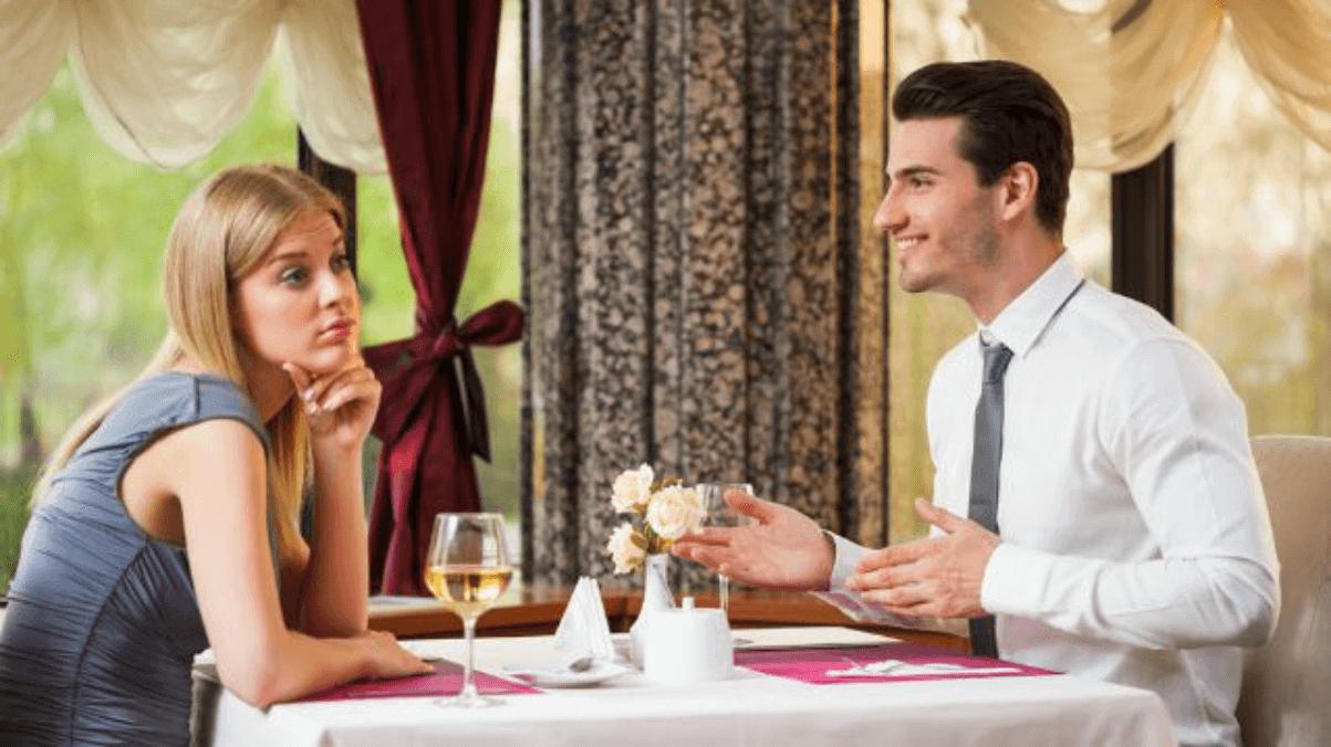 初めてのデートで上手く話せず辛い男性