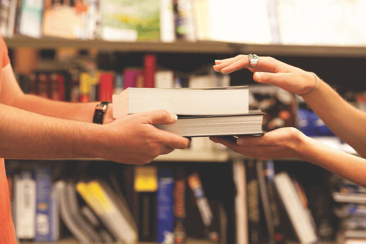 本を貸してもらう