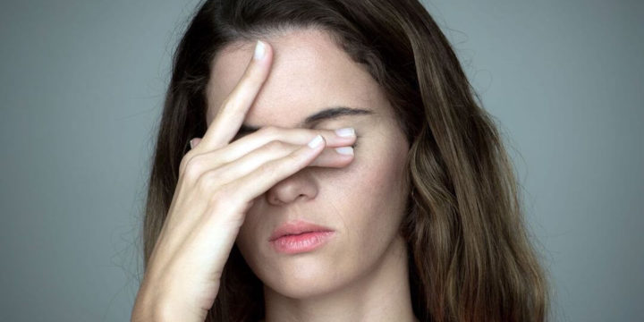 目を隠す仕草の心理