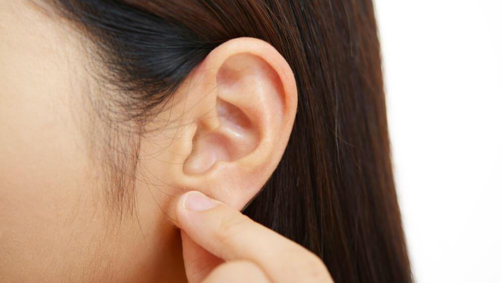 耳たぶを触る仕草の心理